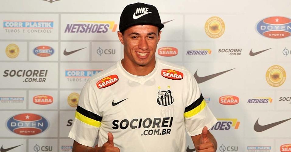 Leandro Damião veste a camisa nove do Santos na sua apresentação ao clube paulista
