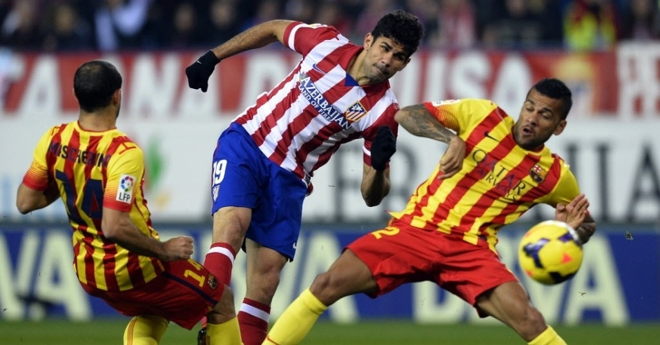 11. jan. 2014 - Diego Costa, do Atlético de Madri, e Daniel Alves, do Barcelona disputam bola durante clássico espanhol