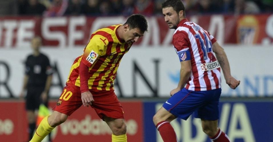 11. jan. 2014 - Lionel Messi tenta passar pela marcação de Gabi em jogo do Barcelona contra o Atlético de Madri, pelo Campeonato Espanhol