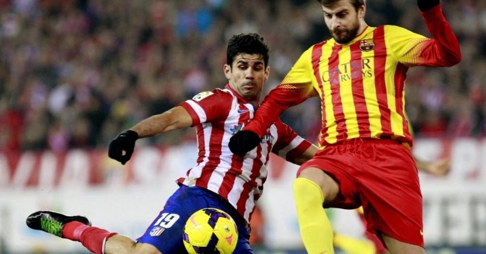 11. jan. 2014 - Piqué tenta impedir chute de Diego Costa em clássico entre Atlético de Madri e Barcelona válido pelo Campeonato Espanhol