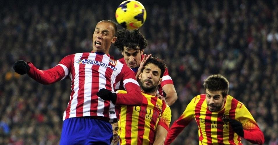 11. jan. 2014 - Zagueiro brasileiro Miranda se estica todo para tirar o perigo da área do Atlético de Madri em partida contra o Barcelona