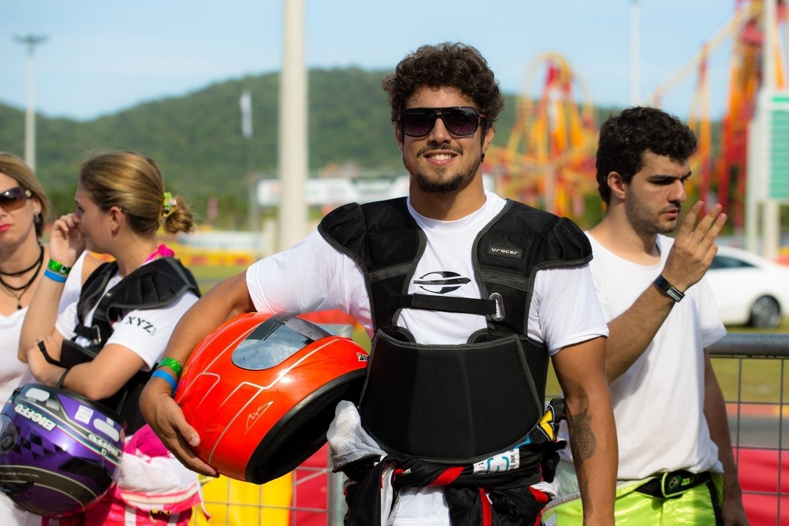 11.jan.2014 - Ator Caio Castro faz graça antes do Kart dos Artistas 2014, que ocorre em Penha (SC)