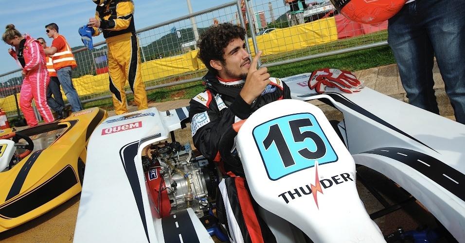 11.jan.2014 - Caio Castro se prepara antes de participar do desafio Kart dos Artistas 2014, que ocorre em Penha (SC)