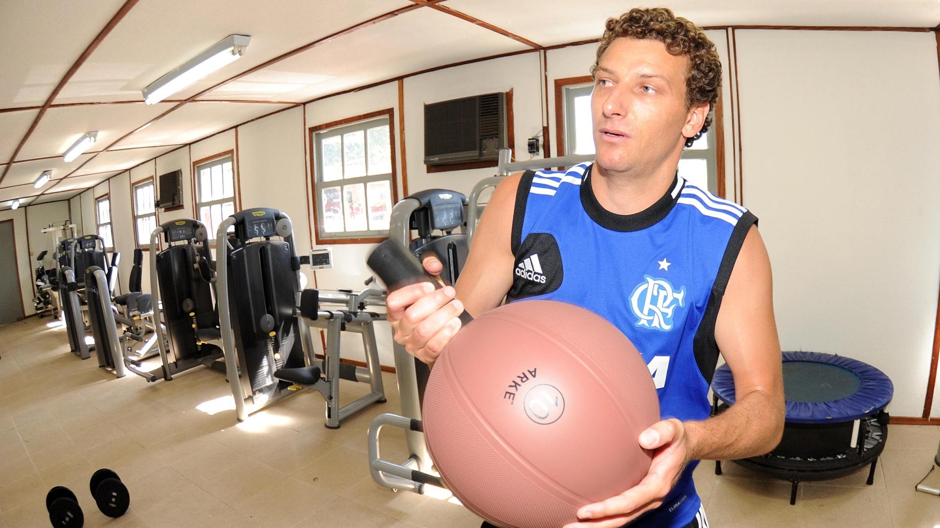 11.jan.2014 - Elano realiza exercícios físicos com a camisa do Flamengo na academia do CT do Ninho do Urubu