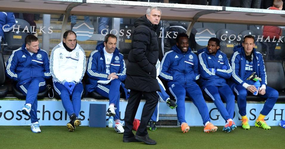 11.jan.2014 - Jose Mourinho, técnico do Chelsea, orienta o time durante a partida contra o Hull City, pelo Campeonato Inglês
