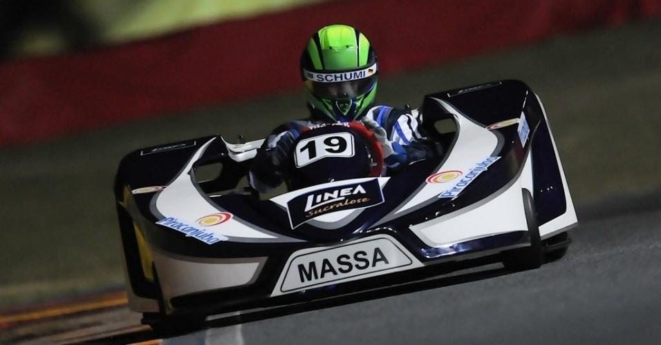 11.jan.2014 - Usando capacete em homenagem a Schumacher, Massa participa de sessão de treinamento do Desafio Internacional das Estrelas de kart