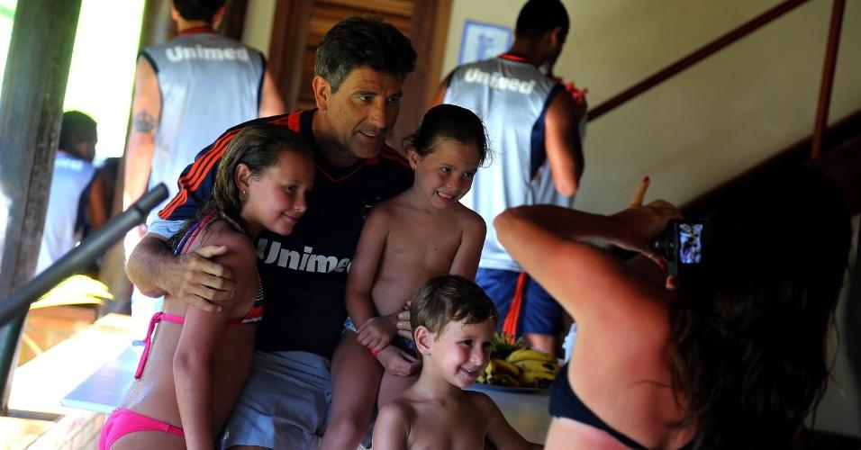 Ídolo do Fluminense, o técnico Renato Gaúcho é assediado por torcedores durante pré-temporada em Mangaratiba