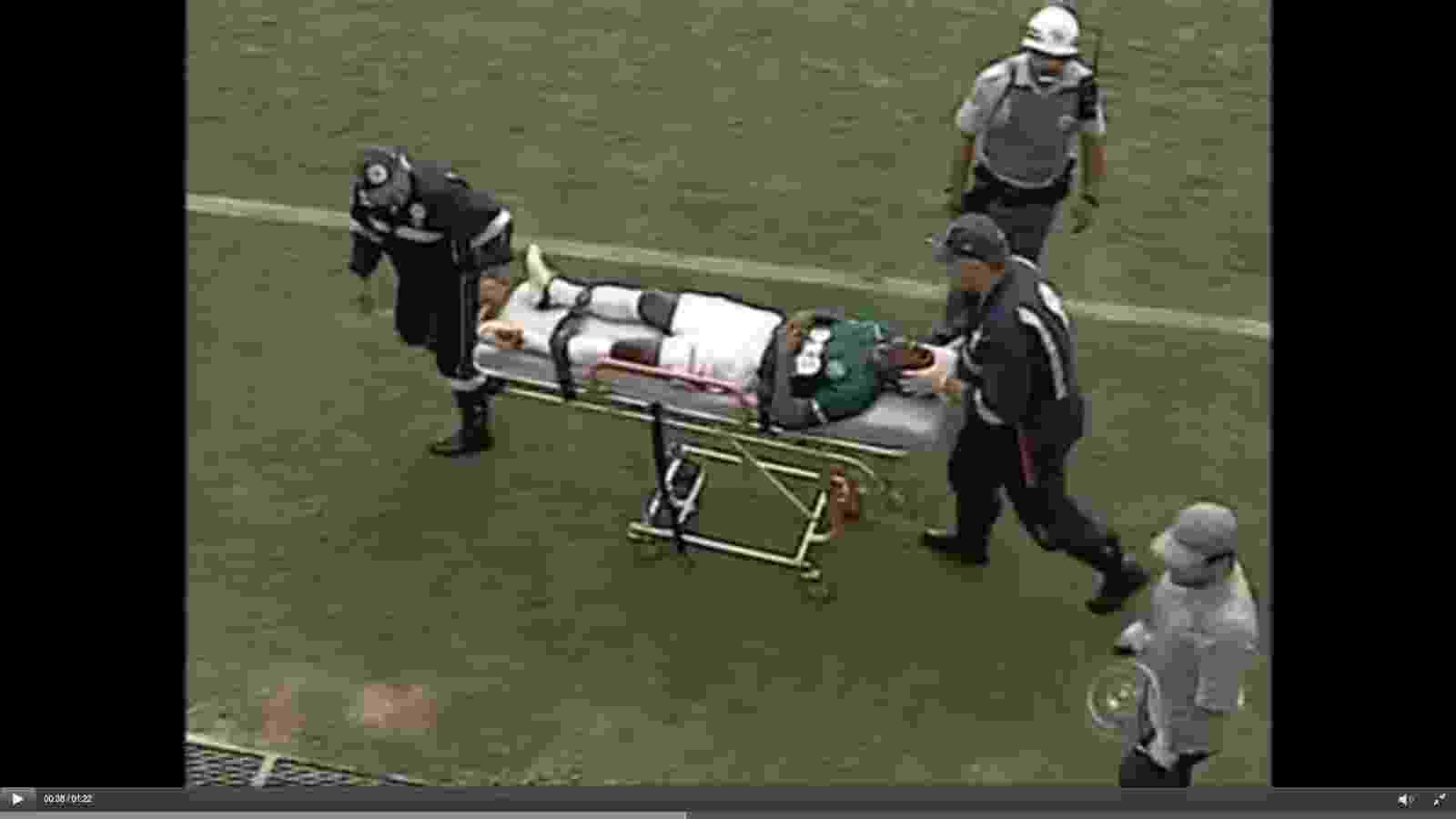 Jogador Leonardo, do Guarani, é retirado de campo pelo Samu após levar um soco de um jogador do São Raimundo durante partida válida pela Copinha - undefined