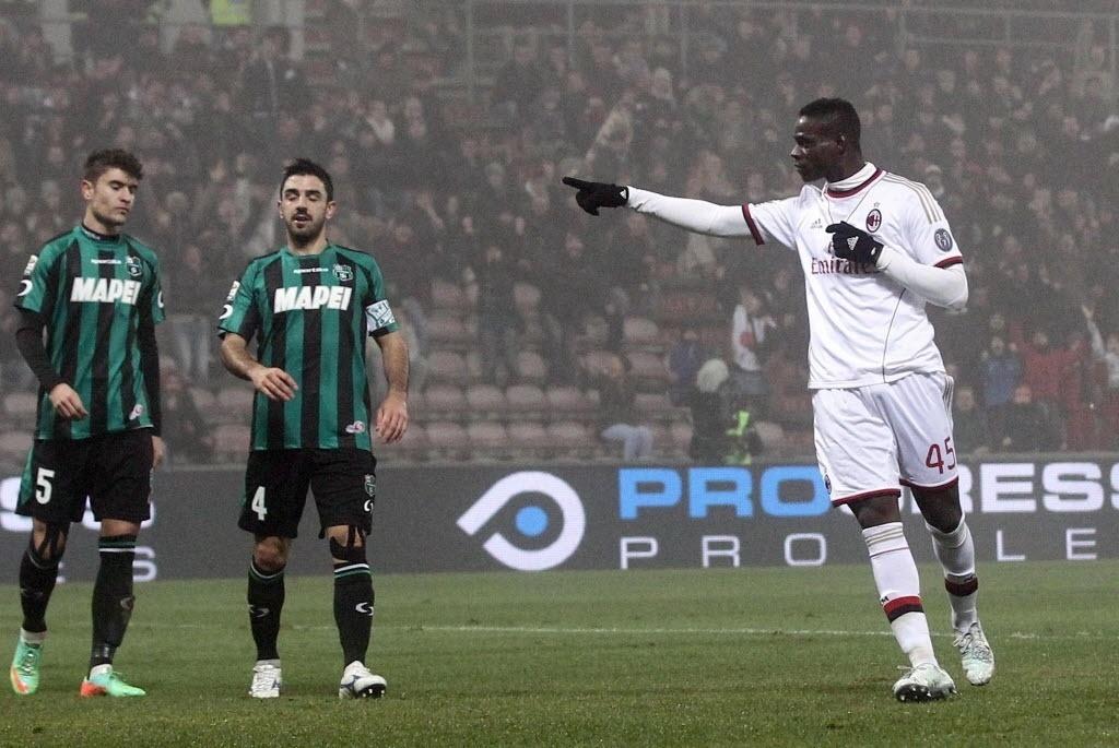 12. jan. 2014 - Balotelli comemora gol marcado pelo Milan contra o Sassuolo pelo Campeonato Italiano