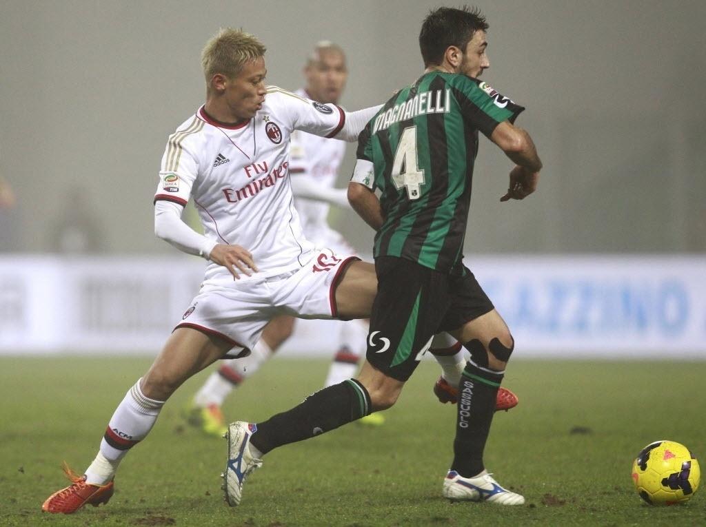 12. jan, 2014 - Honda entra no segundo tempo do jogo entre Milan e Sassuolo para tentar ajudar a equipe milanista virar a partida válida pelo Italiano