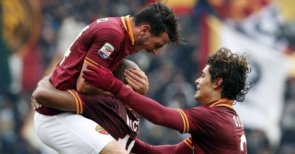 12. jan. 2014 - Jogadores da Roma comemoram gol marcado pelo brasileiro Maicon em partida contra o Genoa