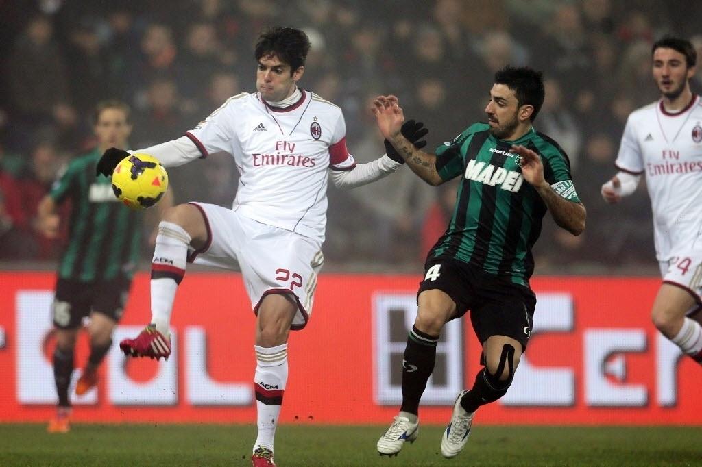 12. jan. 2014 - Kaká disputa bola com Magnanelli, do Sassuolo, em partida do Milan pelo Campeonato Italiano