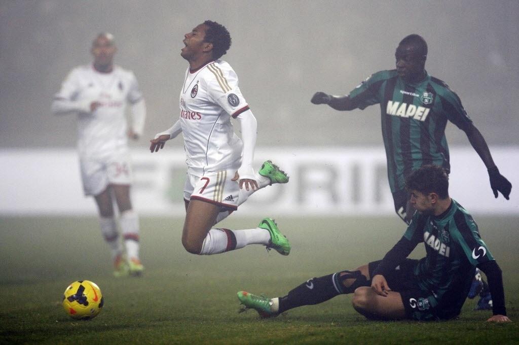12. jan. 2014 - Robinho voa após sofrer foto de Luca Antei, do Sassuolo, em partida do Milan pelo Campeonato Italiano