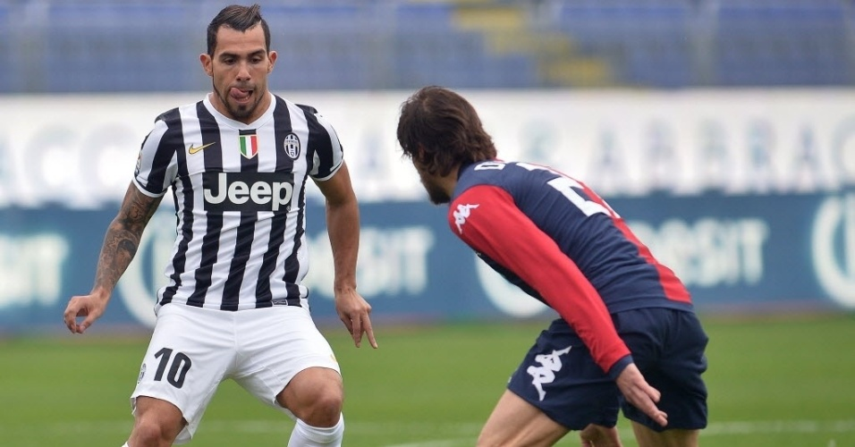 12. jan. 2014 - Tevez e Daniele Dessena disputam jogada durante partida entre Juventus e Cagliari, pelo Campeonato Italiano