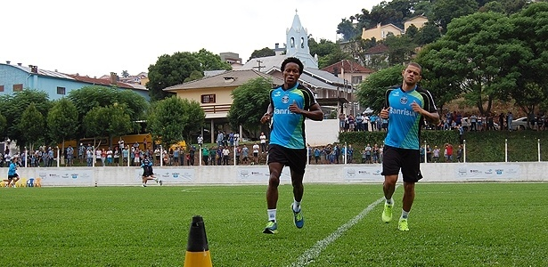 12 jan 2014 - Zé Roberto (e) corre ao lado de Edinho (d) em treinamento do Grêmio