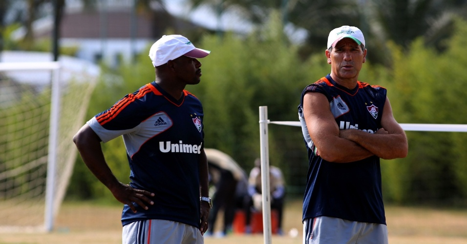 12.jan.2014 - O técnico do Fluminense Renato Gaúcho (d) e o auxiliar Marcão durante treino da pré-temporada