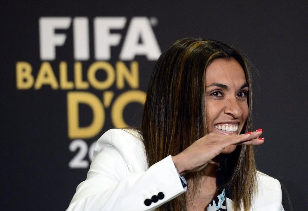 13.jan.2014 - Marta brinca durante entrevista coletiva antes do evento de premiação do troféu Bola de Ouro da Fifa