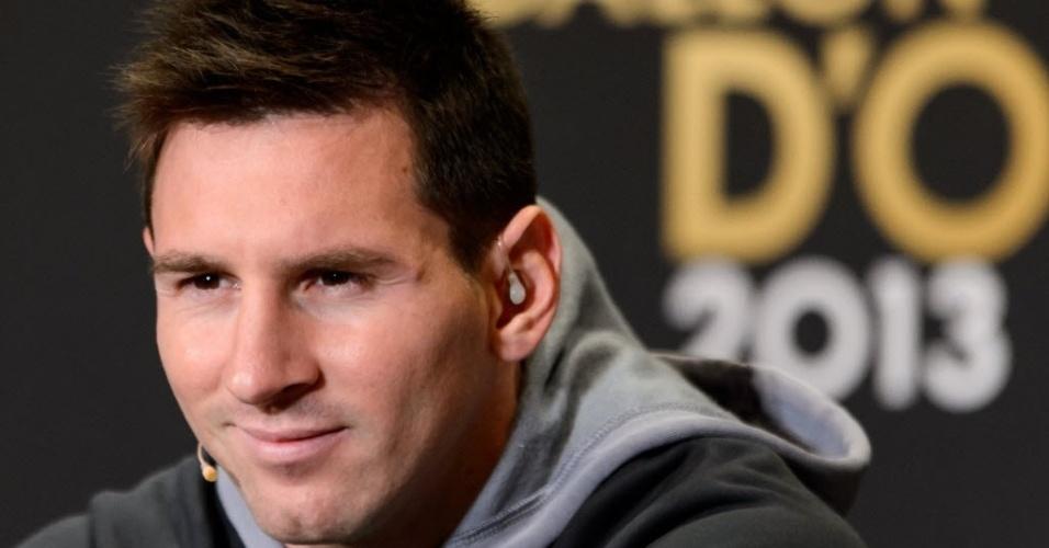 13.jan.2014 - Candidato ao prêmio de melhor do mundo da Fifa, Lionel Messi participa de coletiva antes da premiação
