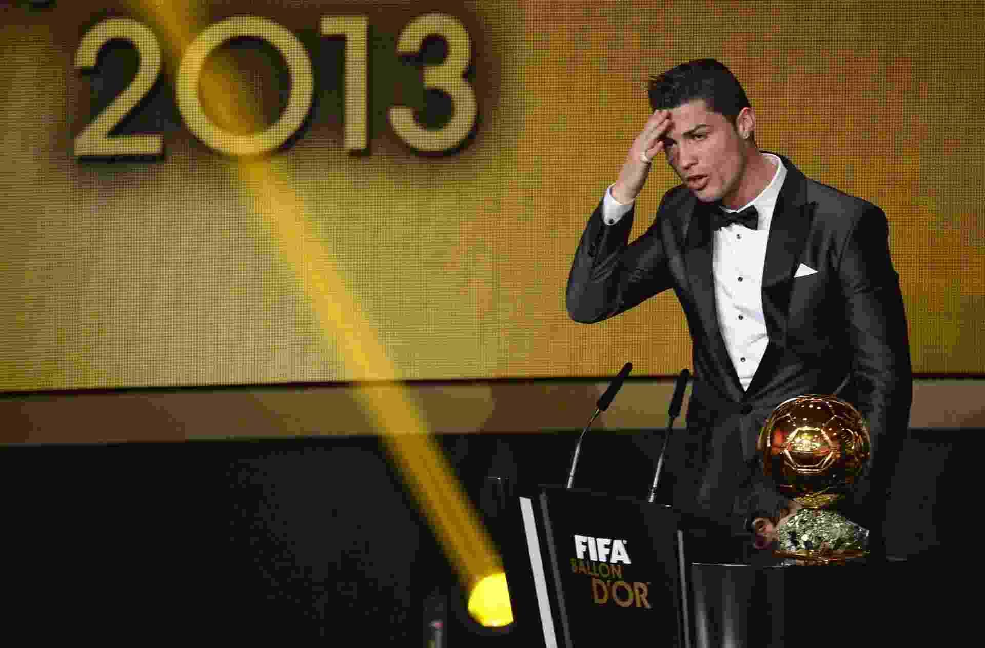 13.jan.2014 - Cristiano Ronaldo se emociona ao ser eleito o melhor jogador do mundo de 2013 e quebrar hegemonia de Messi - AFP