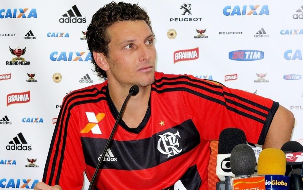 13.jan.2014 - Elano concede entrevista coletiva em sua apresentação no Flamengo