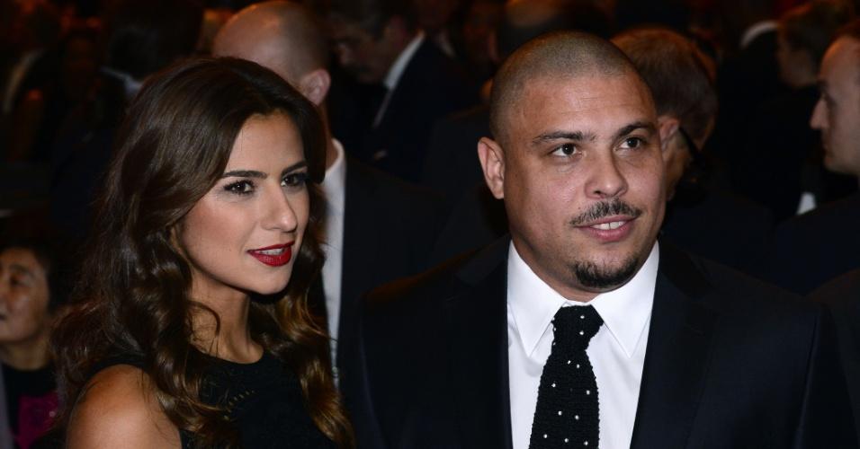13.jan.2014 - Ex-jogador Ronaldo usa terno discreto e posa com a noiva Paula Morais antes da premiação da Fifa