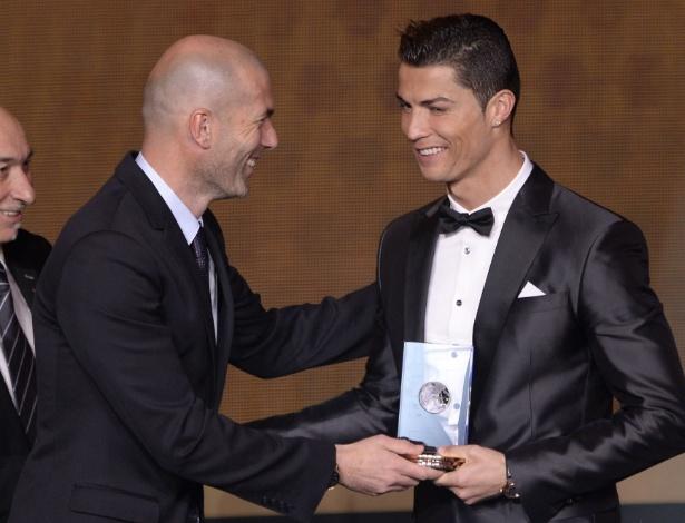 Zinedine Zidane entrega troféu para Cristiano Ronaldo