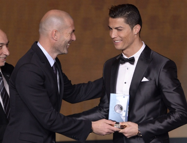 Zinedine Zidane entrega troféu para Cristiano Ronaldo - AFP PHOTO / FABRICE COFFRINI