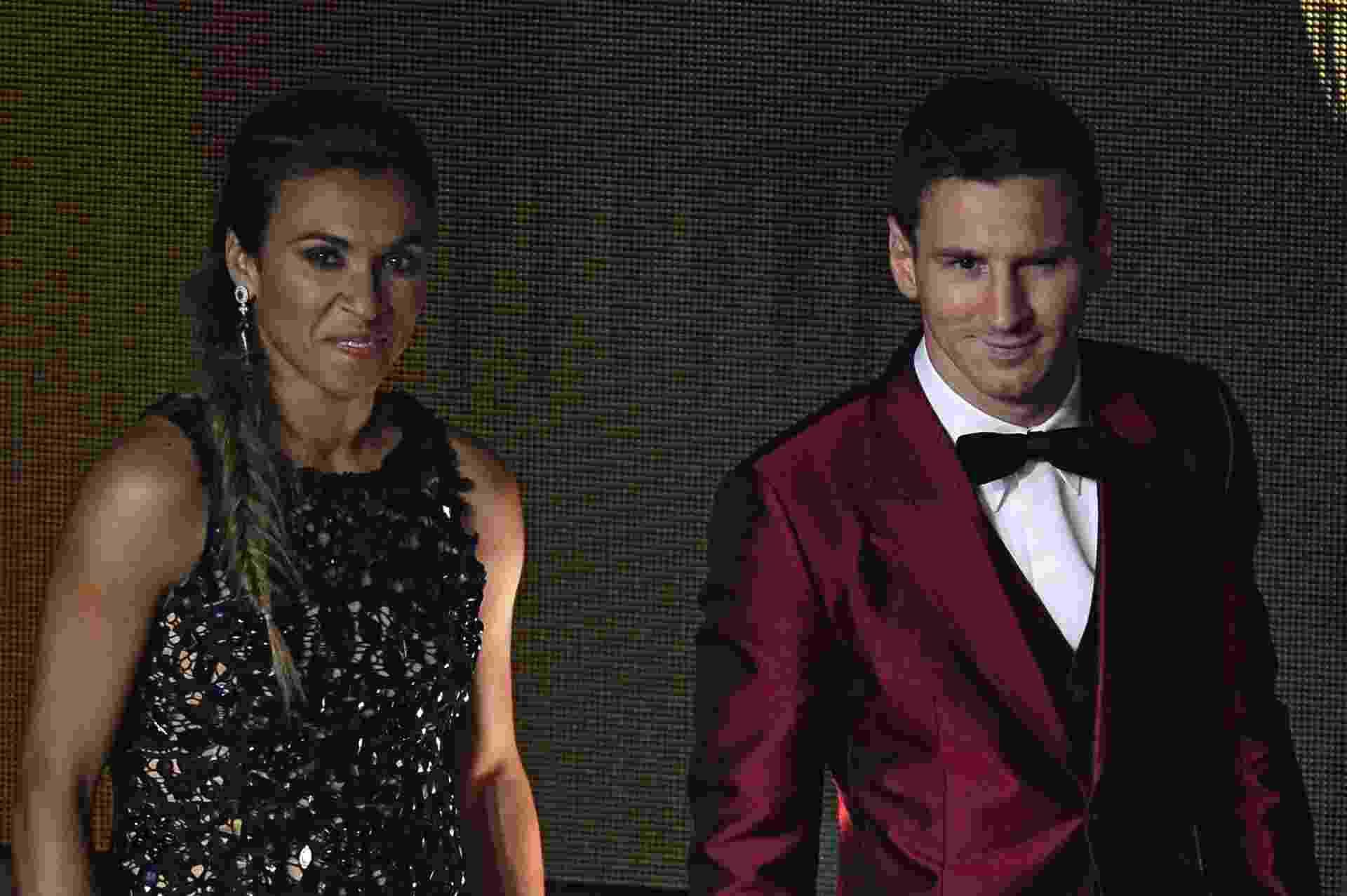 13.jan.2014 - Jogadora brasileira Marta posa ao lado do atacante argentino Lionel Messi durante evento em Zurique - AFP PHOTO / OLIVIER MORIN