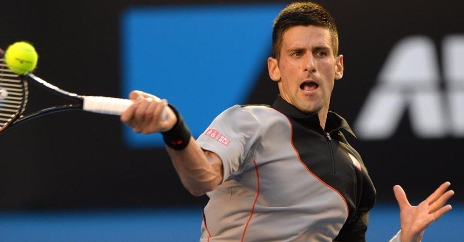 13.jan.2014 - Novak Djokovic rebate a bola durante partida contra Lukas Lacko, no Aberto da Austrália