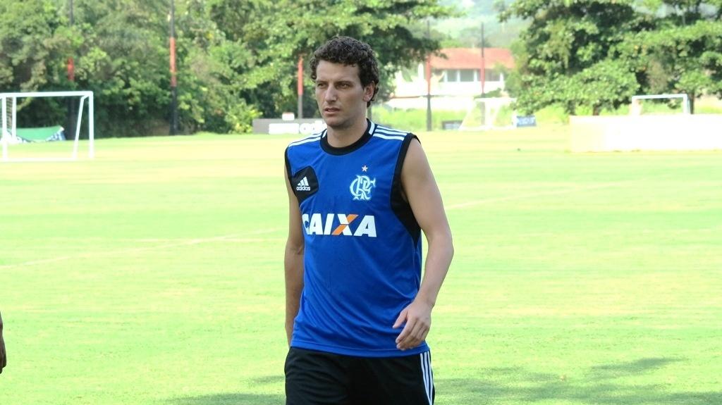 Elano realiza a primeira atividade com bola como jogador do Flamengo