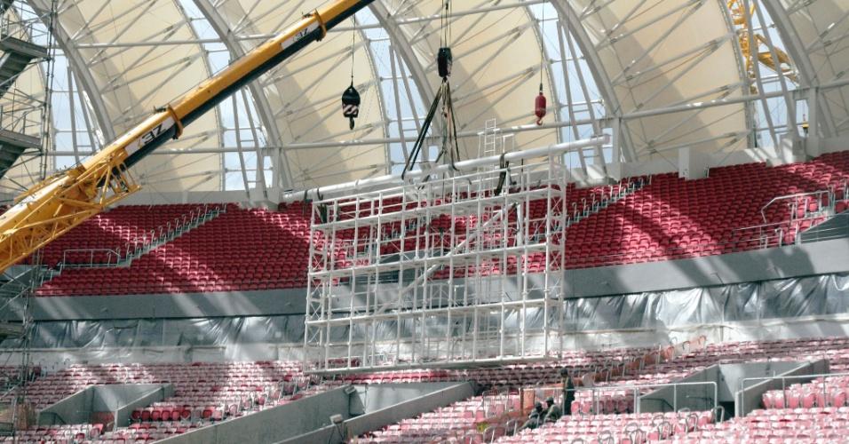 Instalação da base dos telões que irão funcionar como placares eletrônicos do estádio Beira-Rio (13/01/2014)