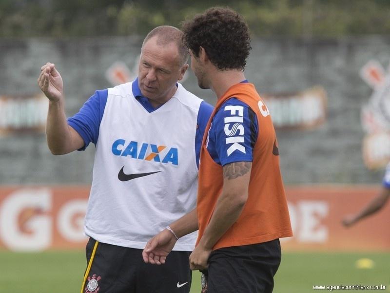 Mano Menezes, técnico do Corinthians, dá orientações a Alexandre Pato em um treino no CT Joaquim Grava