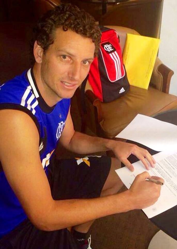 O meia Elano assina contrato com o Flamengo
