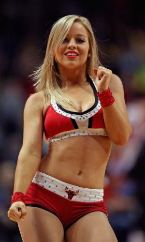 14.01.2014 - Cheerleader se apresenta durante a partida entre Chicago Bulls e Washington Wizards