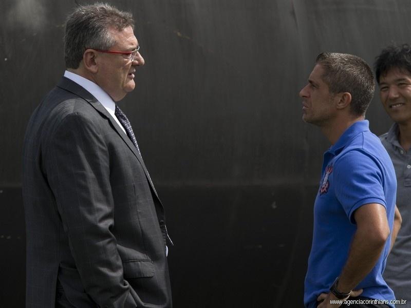 14.01.2014 - Mário Gobbi, presidente do Corinthians, conversa com Sylvinho, auxiliar de Mano Menezes
