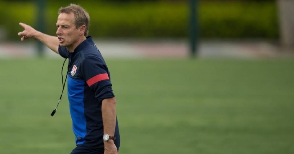 14.jan.2014 - Jurgen Klinsmann, técnico da seleção dos EUA, comanda seus jogadores em treino no CT do São Paulo; os EUA são a primeira seleção a treinar no país no ano da Copa do Mundo
