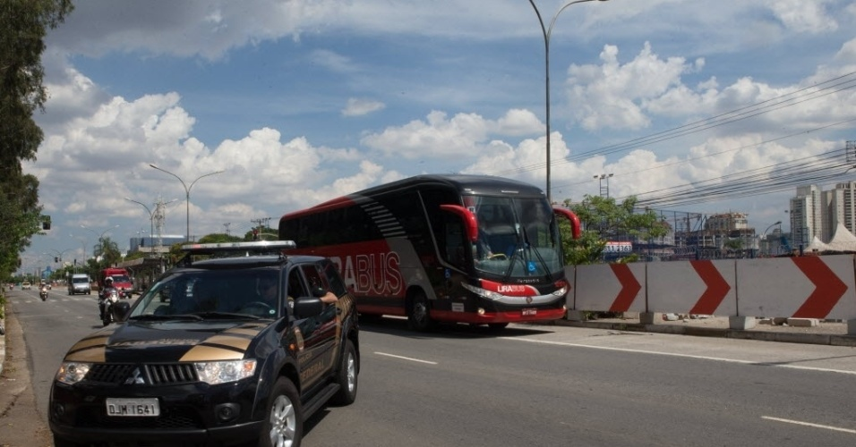 14.jan.2014 - Ônibus da seleção dos EUA chega ao CT do São Paulo sob forte esquema de segurança para treino nesta terça