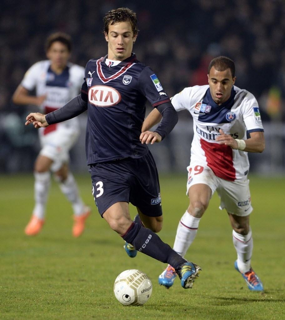 14.jan.2014 - Lucas tenta roubar a bola de Lucas Orban, do Bordeaux, durante jogo da Copa da Liga Francesa