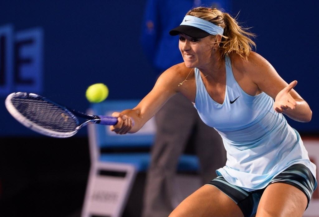 14.jan.2014 - Maria Sharapova troca bolas com Bethanie Mattek-Sands durante estreia das tenistas no Aberto da Austrália