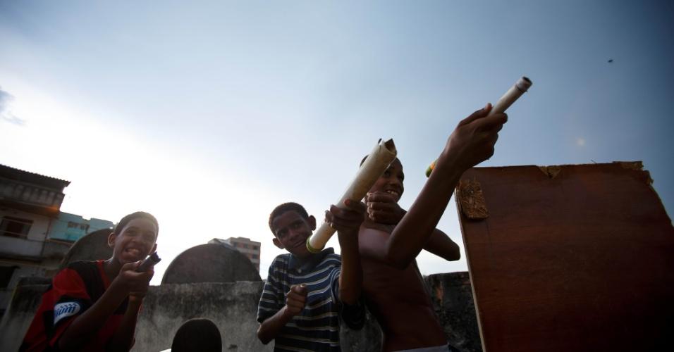 Crianças brincam na comunidade Metrô-Mangueira, que será removida para dar lugar a obras de polo automotivo