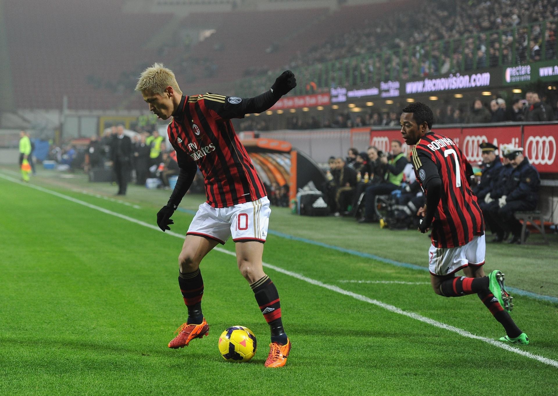 15. jan. 2014 - Honda e Robinho armam jogada para o Milan em partida contra o Spezia, pela Copa da Itália