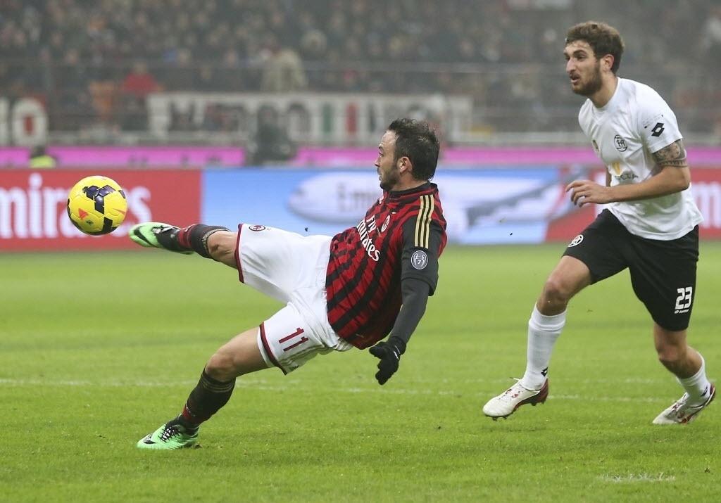 15. jan. 2014 - Pazzini chuta e marca o segundo gol do Milan contra o Spezia pela Copa da Itália