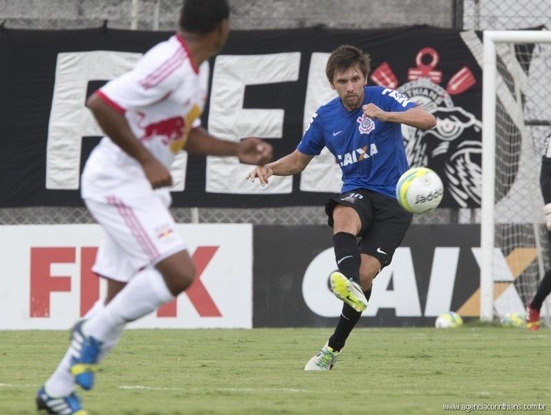 15.jan.2014 - Paulo André afasta o perigo da área do Corinthians durante jogo-treino contra o Red Bull Brasil no Ct Joaquim Grava