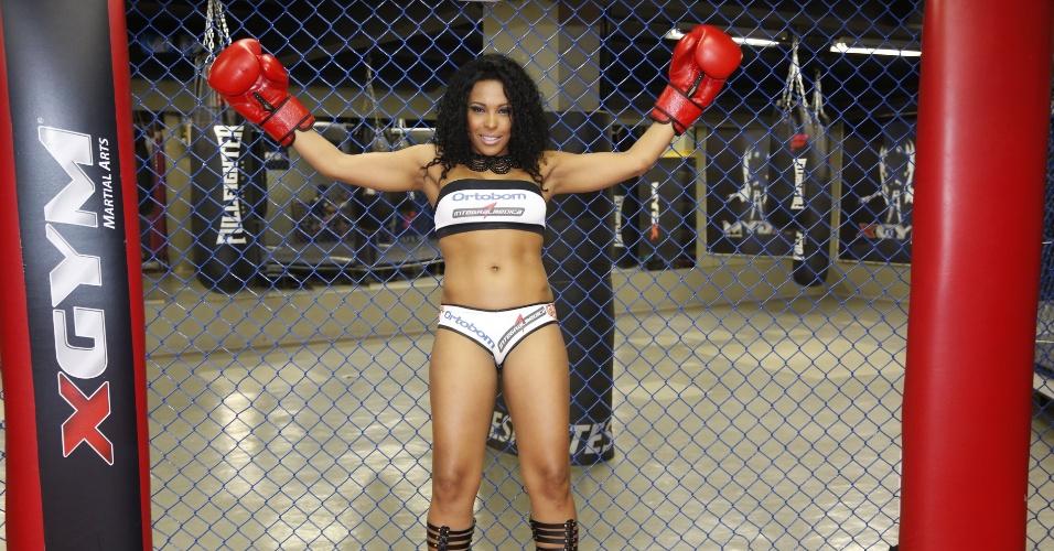 Integrante do BBB 4, Solange volta a ser ring girl em evento de MMA