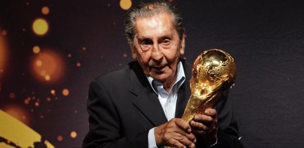 Ghiggia foi o único autorizado a tocar na taça durante evento no Uruguai