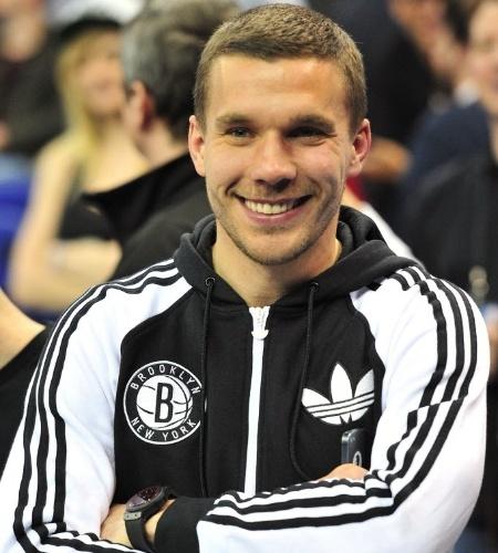 16.jan.2014 - O alemão Lucas Podolski, do Arsenal, acompanha em Londres o duelo entre Nets e Hawks pela NBA
