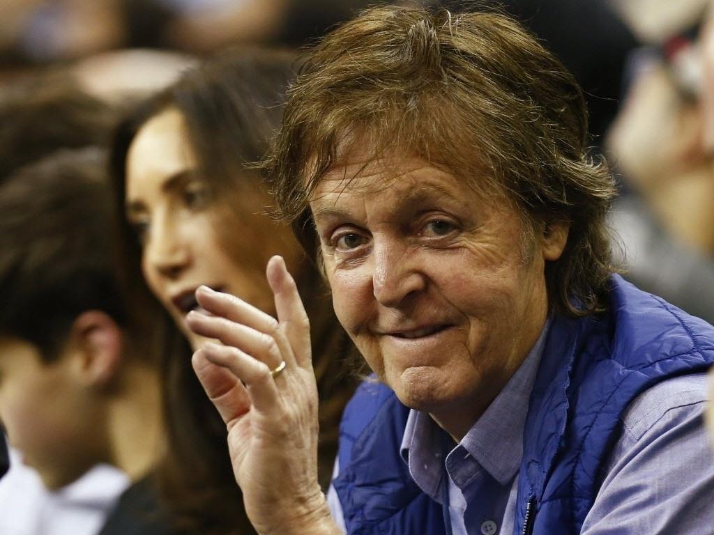 16.jan.2014 - Paul McCartney acompanha na O2 Arena, em Londres, o jogo entre Atlanta Hawks e Brooklyn Nets pela NBA