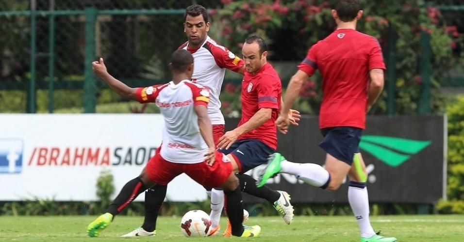 16.01.14 - Donovan disputa bola com jogadores do São Paulo em jogo-treino
