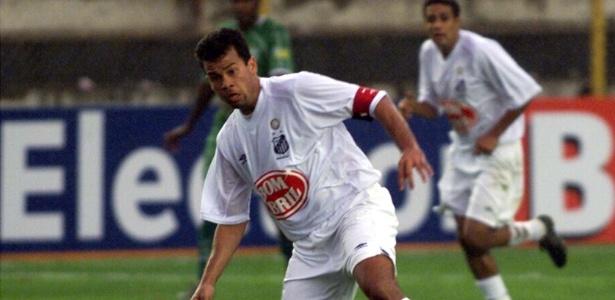 Paulo Almeida em jogo do Brasileiro 2002, vencido pelo Santos