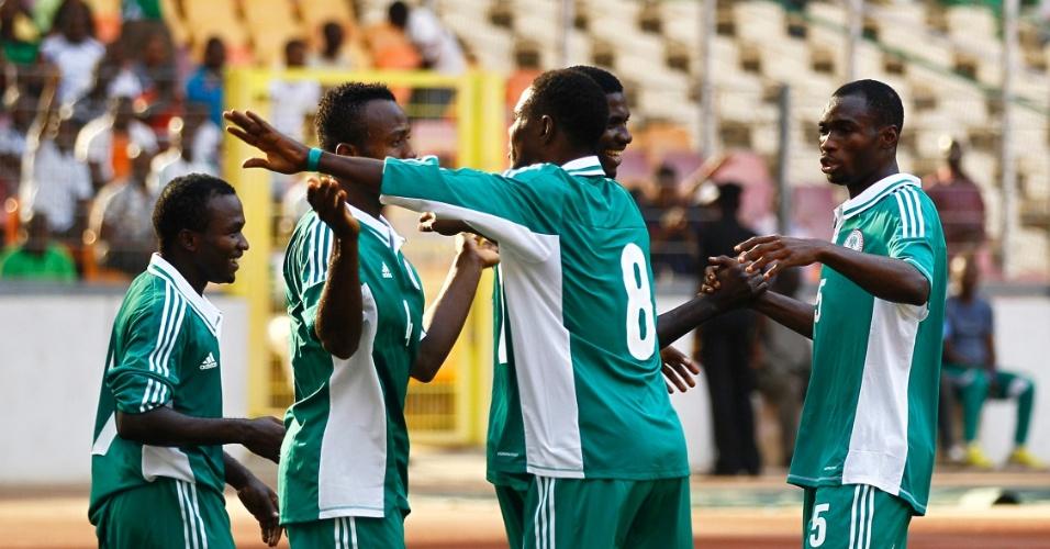 04.jan.2014 - Jogadores da Nigéria comemoram gol marcado por Ifeanyi Ede na vitória por 2 a 1 sobre a Etiópia em amistoso disputado em Abuja